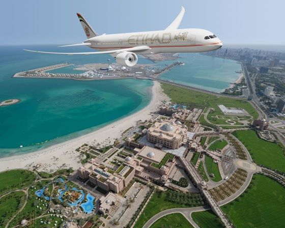 Самолет Etihad Airways над отелем Emirates Palace